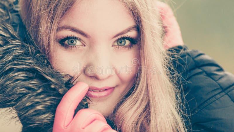 俏丽的微笑的妇女画象夹克的 图库摄影