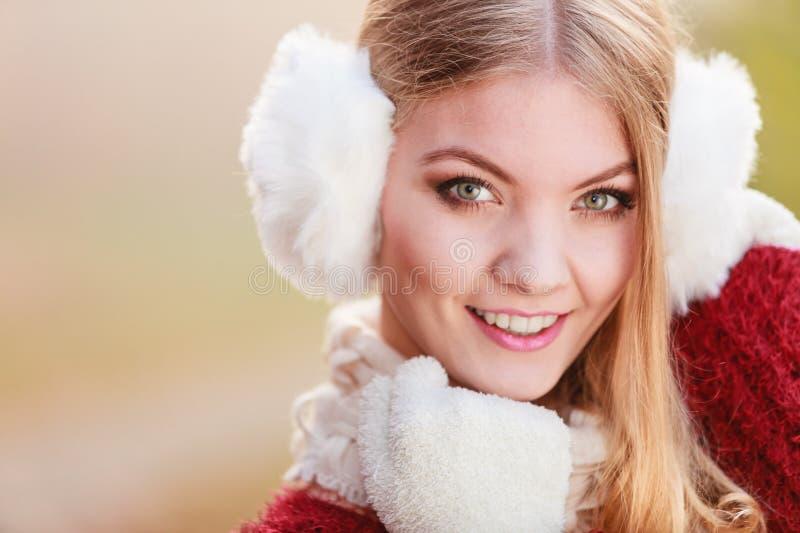 Download 俏丽的微笑的妇女画象白色御寒耳罩的 库存图片. 图片 包括有 笨拙的人, 快乐, 手套, 有吸引力的, 森林 - 59103247