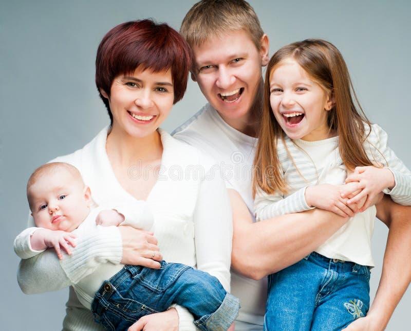 Download 俏丽的微笑的家庭 库存照片. 图片 包括有 查找, 喜悦, 乐趣, 孩子, 快乐, 系列, 敬慕, beautifuler - 30338412
