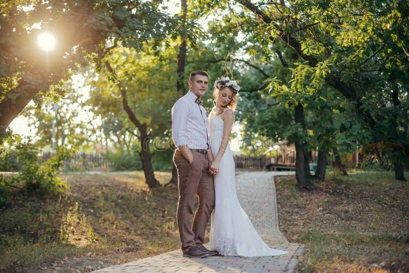 俏丽的新娘和新郎 免版税库存图片