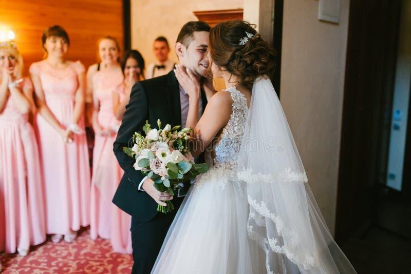 俏丽的新娘和时髦的新郎 夫妇华美的婚礼 豪华礼服 图库摄影
