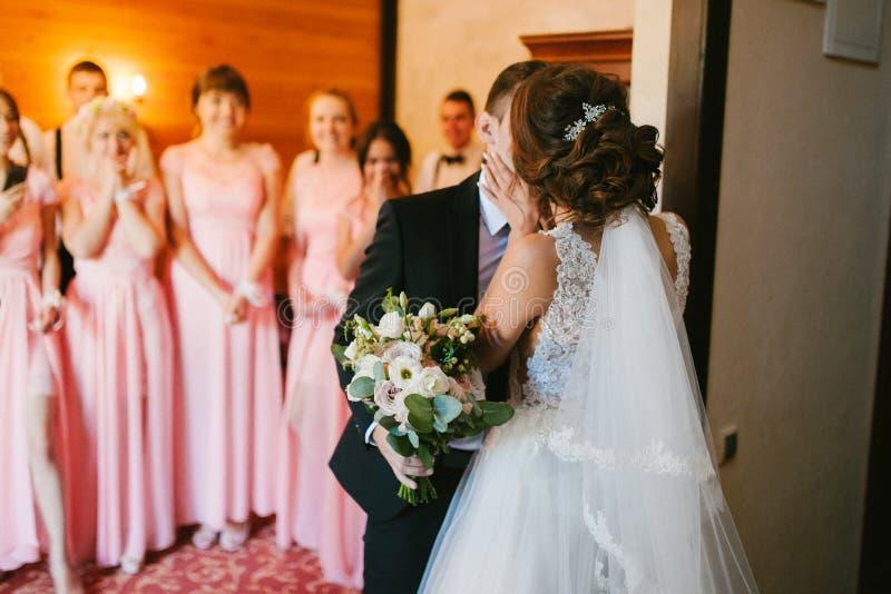俏丽的新娘和时髦的新郎 夫妇华美的婚礼 豪华礼服 免版税库存照片