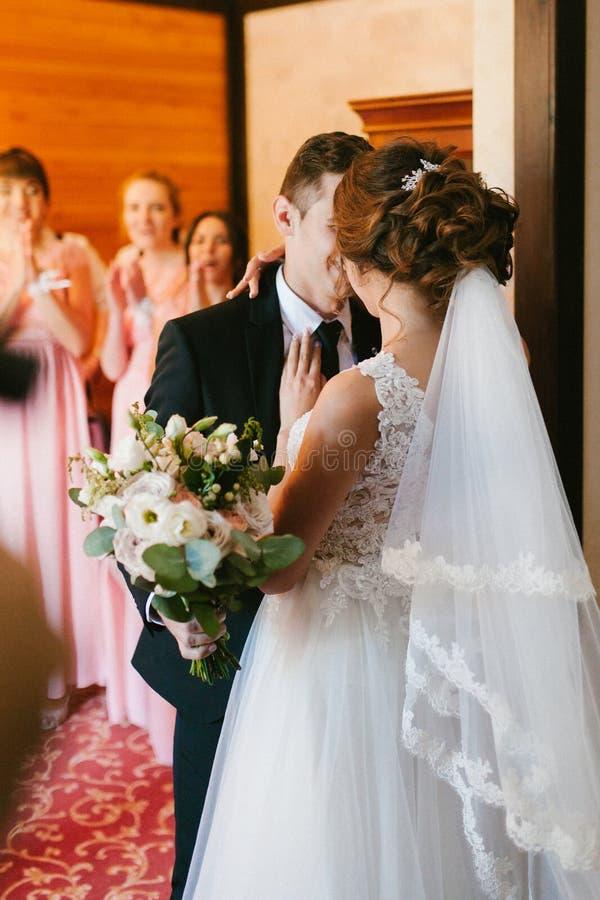 俏丽的新娘和时髦的新郎 夫妇华美的婚礼 豪华礼服 免版税图库摄影