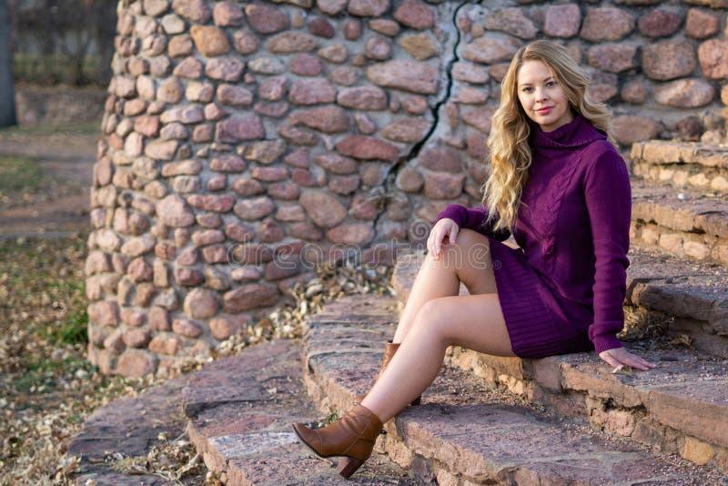 俏丽的有长的金发的女孩白拉丁美洲人 免版税库存图片