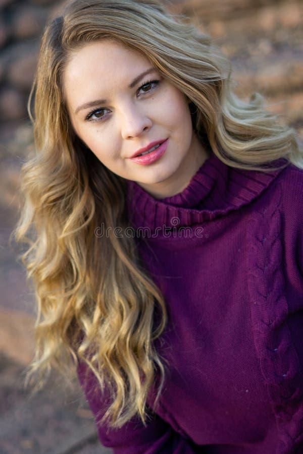 俏丽的有长的金发的女孩白拉丁美洲人 库存图片