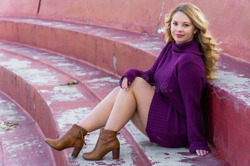 俏丽的有长的金发的女孩白拉丁美洲人 免版税库存照片