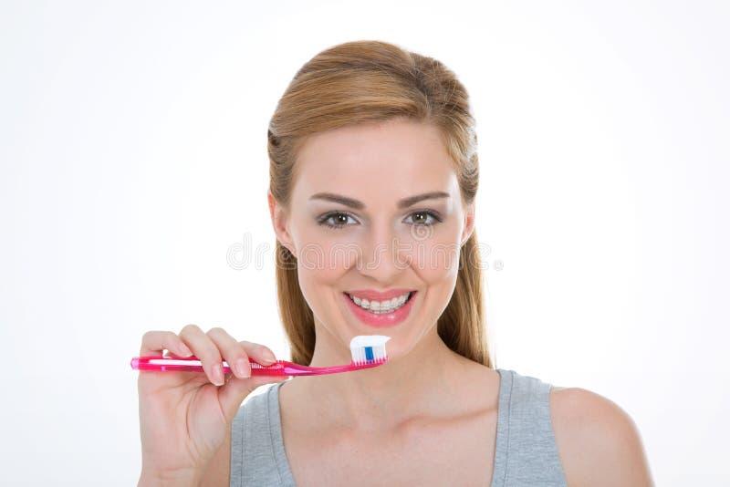 俏丽的模型拿着牙刷 免版税图库摄影