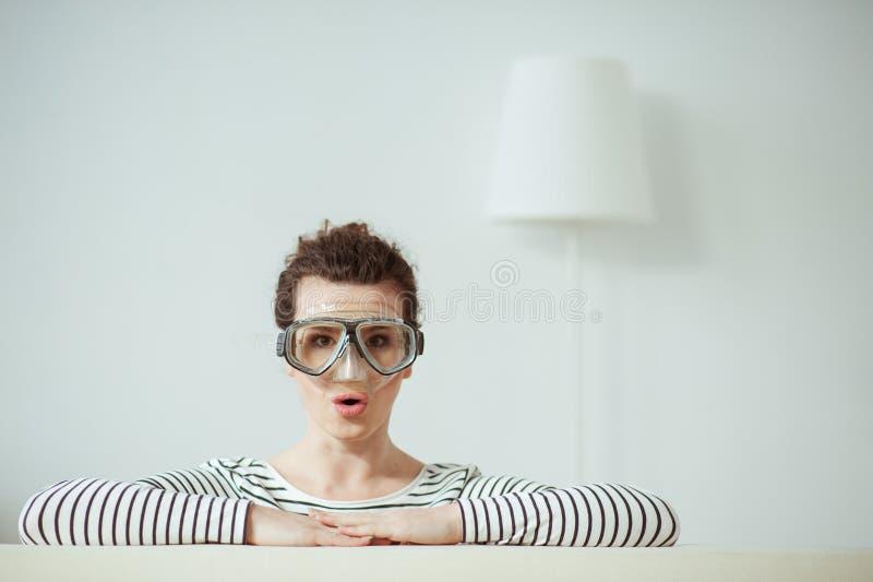 俏丽的深色的女孩取笑在公寓的 库存图片