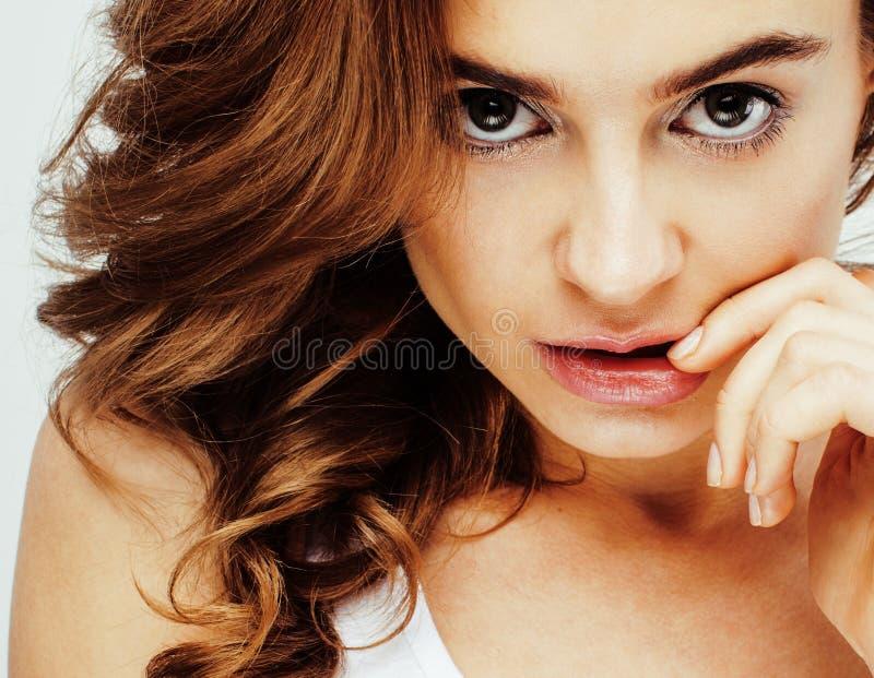 年轻俏丽的深色的妇女情感摆在,在白色背景隔绝的愉快微笑,生活方式人概念 免版税库存图片