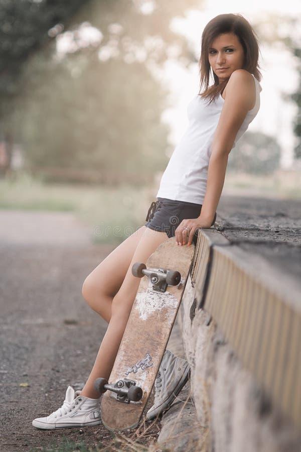 俏丽的溜冰者女孩 免版税库存图片