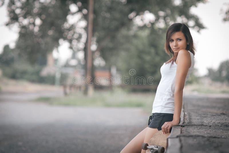 俏丽的溜冰者女孩 库存图片