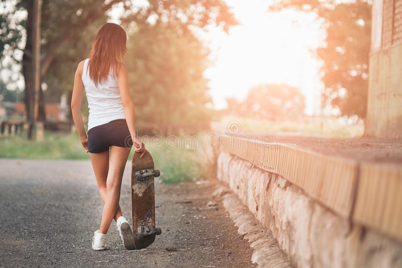 俏丽的溜冰者女孩 免版税图库摄影