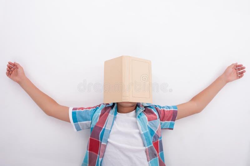 俏丽的男性少年对学习是疲乏 免版税库存照片