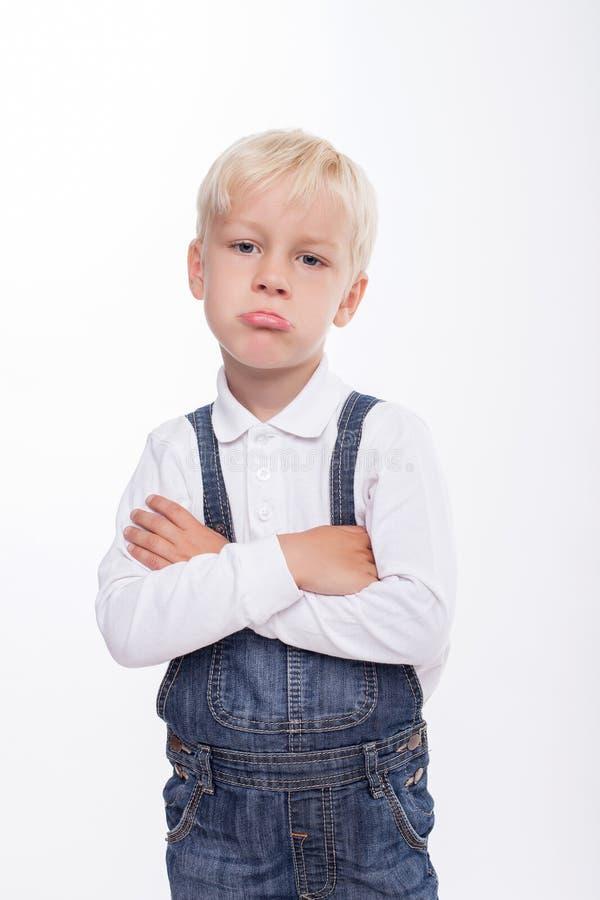 俏丽的男性白肤金发的孩子感觉委屈 库存照片