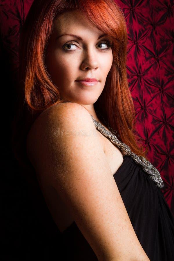 俏丽的红头发人妇女 免版税库存照片