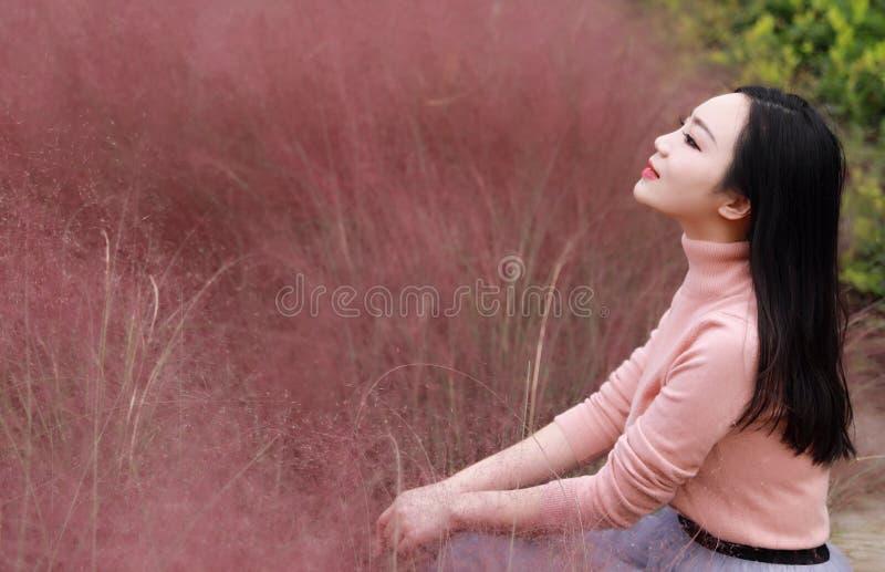 俏丽的美好的逗人喜爱的亚洲中国妇女女孩感受自由晚安祈祷花田秋天秋天公园草草坪希望自然 免版税图库摄影