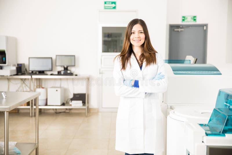 俏丽的西班牙女性化学家在工作 免版税库存照片