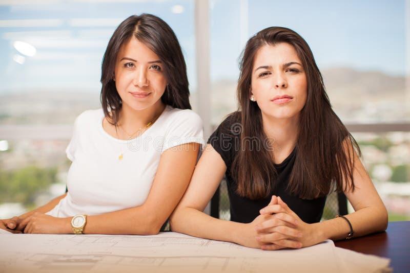 俏丽的西班牙妇女在办公室 免版税库存图片