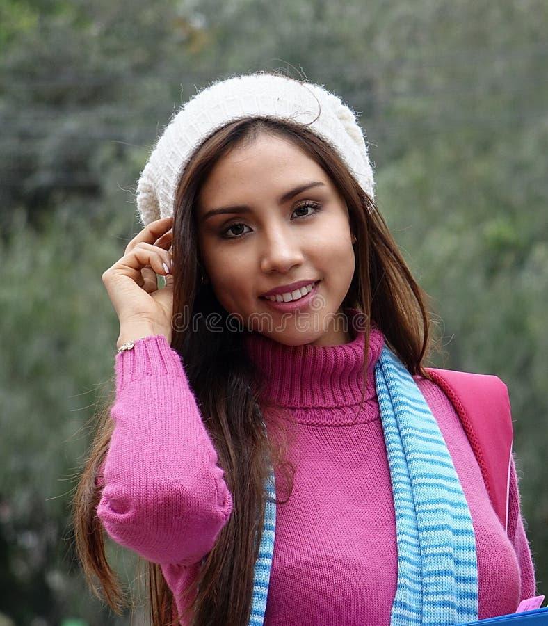 俏丽的西班牙少妇佩带的毛线衣 库存图片