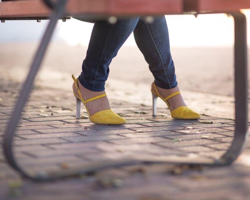 俏丽的黄色鞋子 免版税库存照片