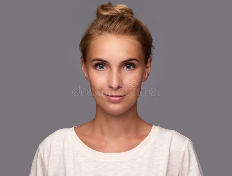 俏丽表面的女孩 美丽的微笑的妇女 免版税库存照片