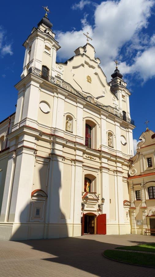 保佑的圣母玛丽亚的它的钟楼,平斯克,白俄罗斯,2017年6月21的做法的日大教堂大教堂有阴影的 免版税图库摄影