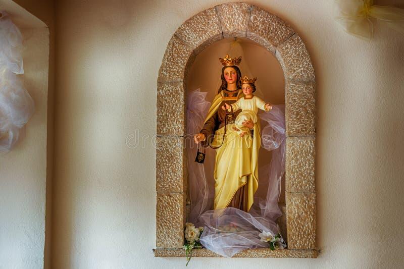 保佑的圣母玛丽亚的雕象有小的耶稣 免版税库存照片