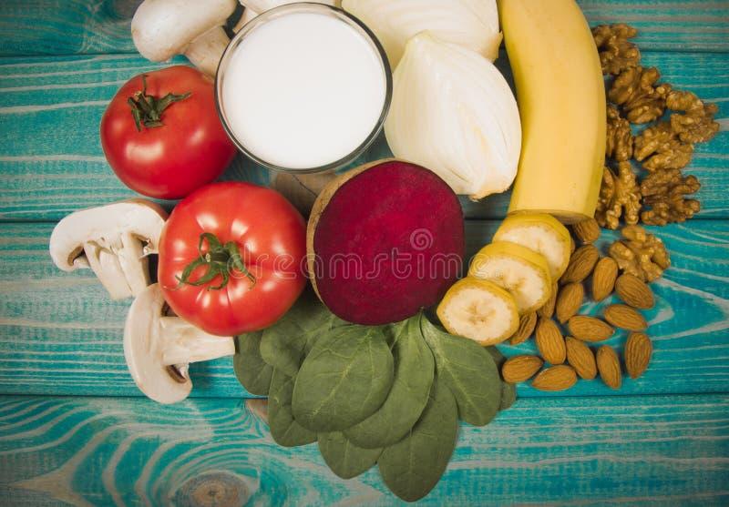 保健品和成份作为来源维生素B7生物素、饮食纤维和自然矿物,滋补吃的概念 免版税库存照片