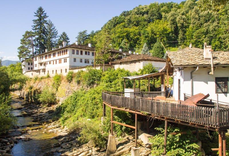 保加利亚人河Cherni奥瑟姆河的河岸的特罗扬修道院 免版税库存图片