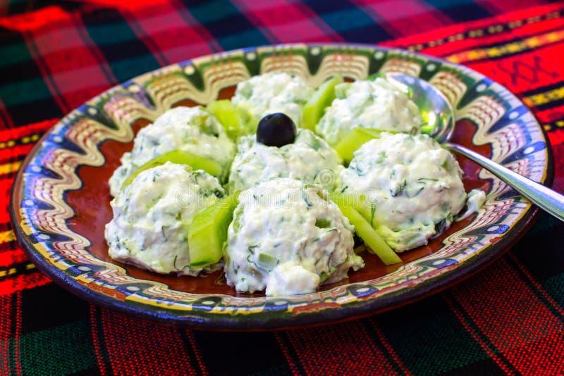 保加利亚沙拉由酸奶和黄瓜制成,叫Snezhanka 库存图片