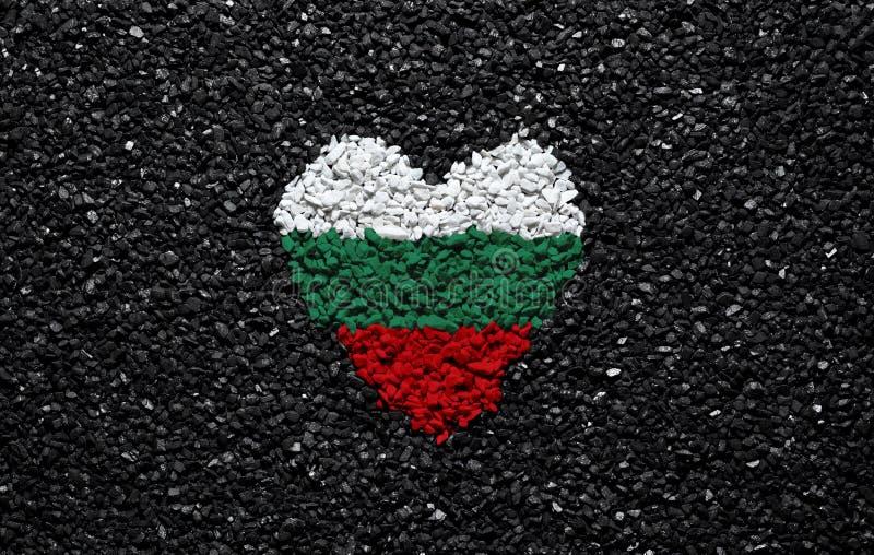 保加利亚的旗子,保加利亚旗子、心脏在黑背景,石头、石渣和木瓦,墙纸 库存照片
