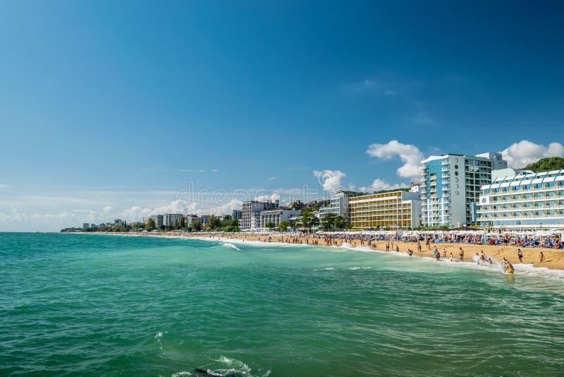 保加利亚金沙度假村黑海海岸繁忙海滩 免版税库存图片