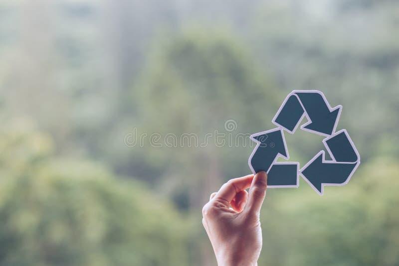 保存世界生态概念环境保护用拿着被删去的纸的手回收陈列 免版税图库摄影