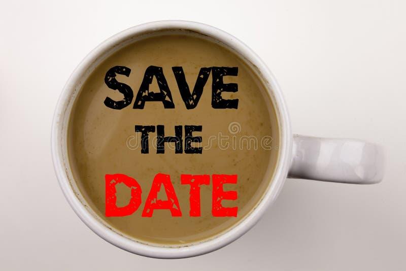 保存在咖啡的日期文字文本在杯子 特别天和问候的企业概念在与拷贝空间的白色背景 Bl 库存图片