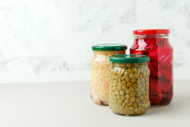 保存瓶子的用卤汁泡的腌汁品种 r 免版税库存图片
