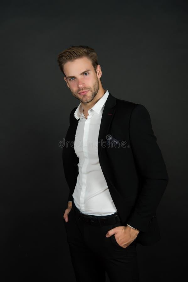 保守风格 时尚商人深色背景 现代人的办公风格 职业衣橱 免版税库存照片