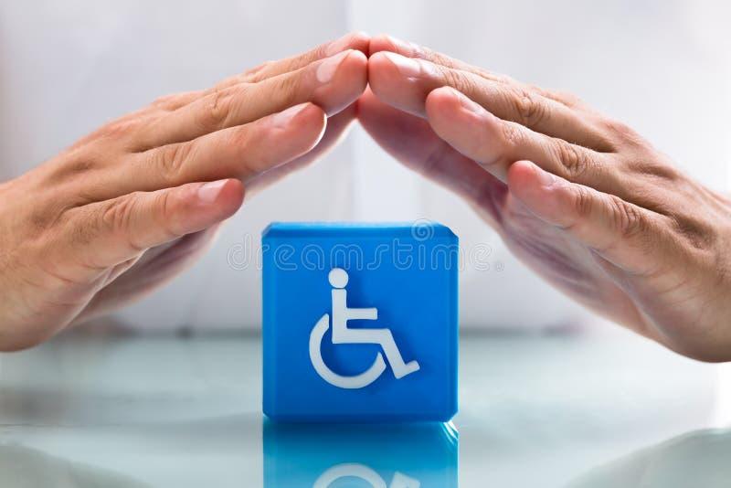 保护与障碍象的人的手立方体块 库存图片