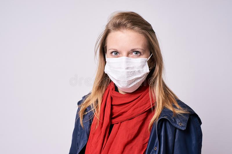 保护免受疾病 害怕表面女孩纵向惊奇的年轻人 流行病 库存照片