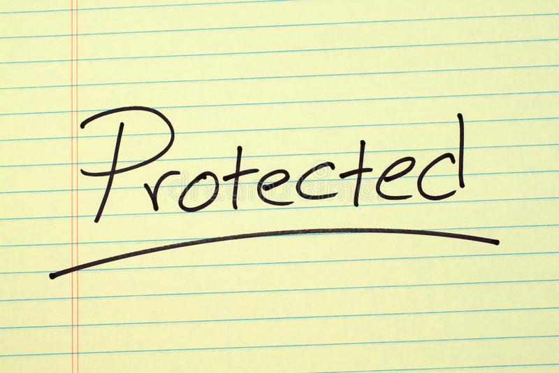 保护在一本黄色便笺簿 皇族释放例证