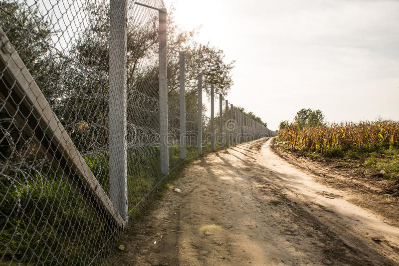 保护在匈牙利和塞尔维亚之间的篱芭边界 图库摄影