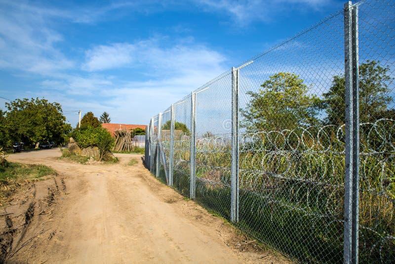保护在匈牙利和塞尔维亚之间的篱芭边界 免版税库存照片
