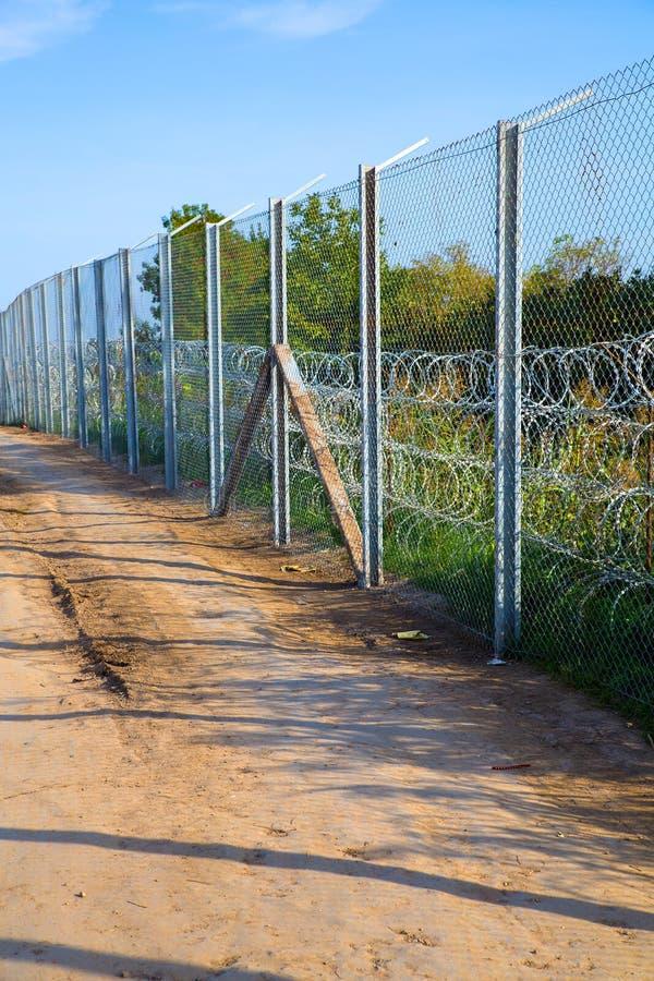 保护在匈牙利和塞尔维亚之间的篱芭边界 库存照片