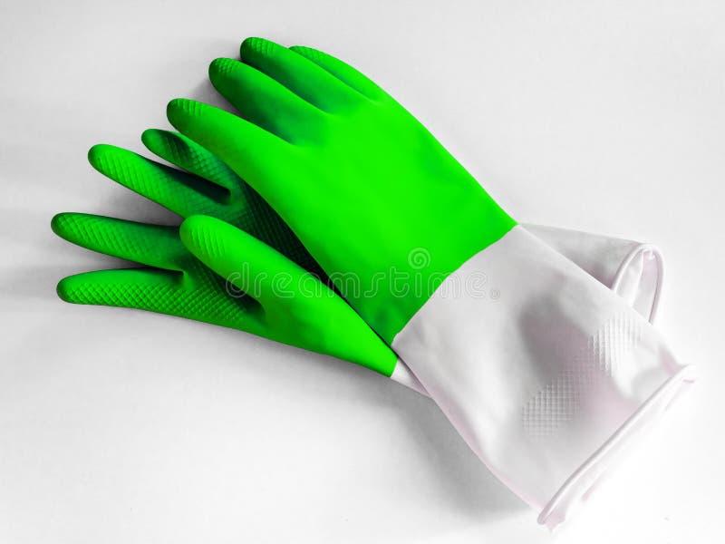 保护在白色背景的洗碗盘行为的颜色橡胶手套 免版税图库摄影