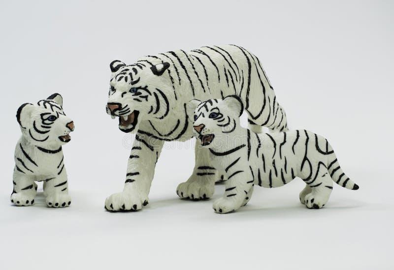 保护她两Cub的白色母老虎小雕象 库存图片