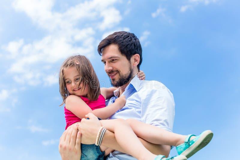Download 保护她的父亲运载的女儿 库存图片. 图片 包括有 女儿, 爸爸, 运载, 幸福, 保护, 藏品, 犰狳, 拥抱 - 59102445