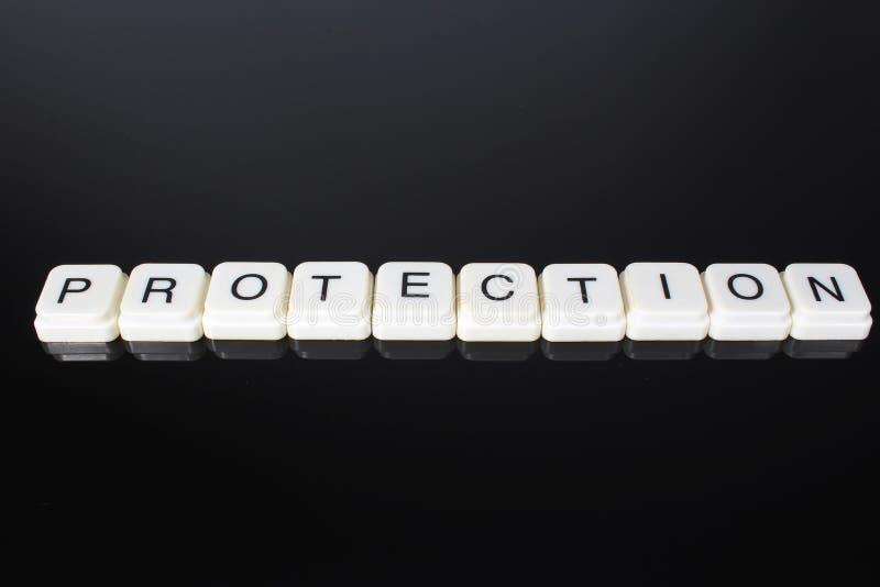 保护文本词标题说明标签盖子背景背景 字母表信件在黑反射性背景的玩具块 Whi 库存图片