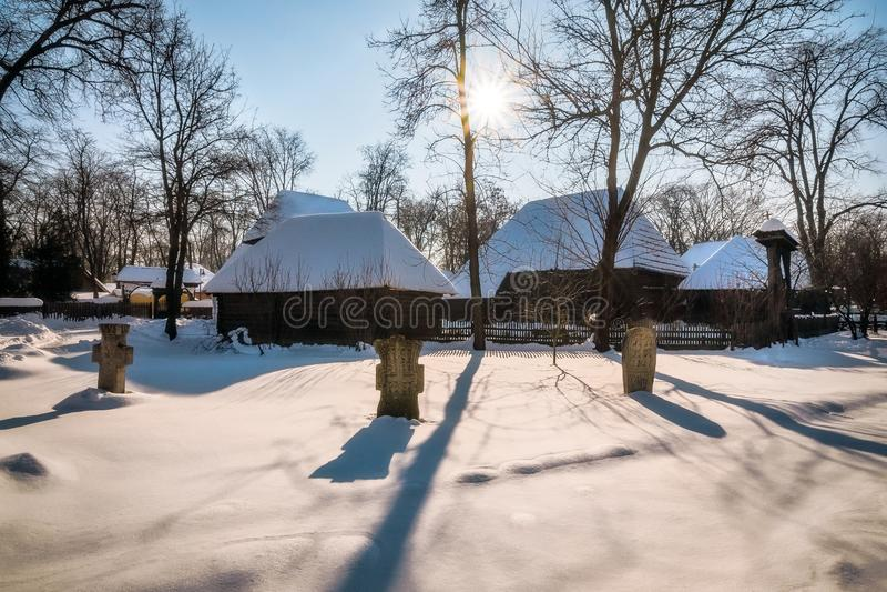保护罗马尼亚村庄的祖先坟墓的阴影 免版税库存图片