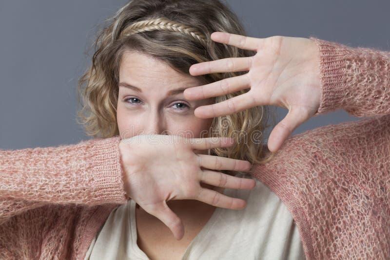保护自己的害怕年轻白肤金发的妇女 库存图片
