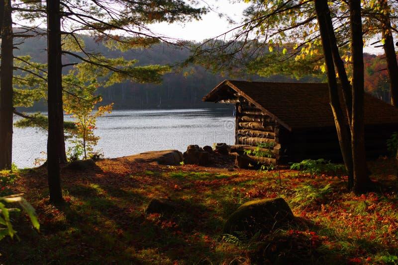 保护露营地的原木小屋倾斜在阿第伦达克山脉在近的高峰秋天叶子叶子期间 免版税库存照片