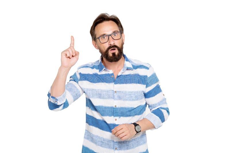 保持他的食指的聪明的有胡子的人 库存图片